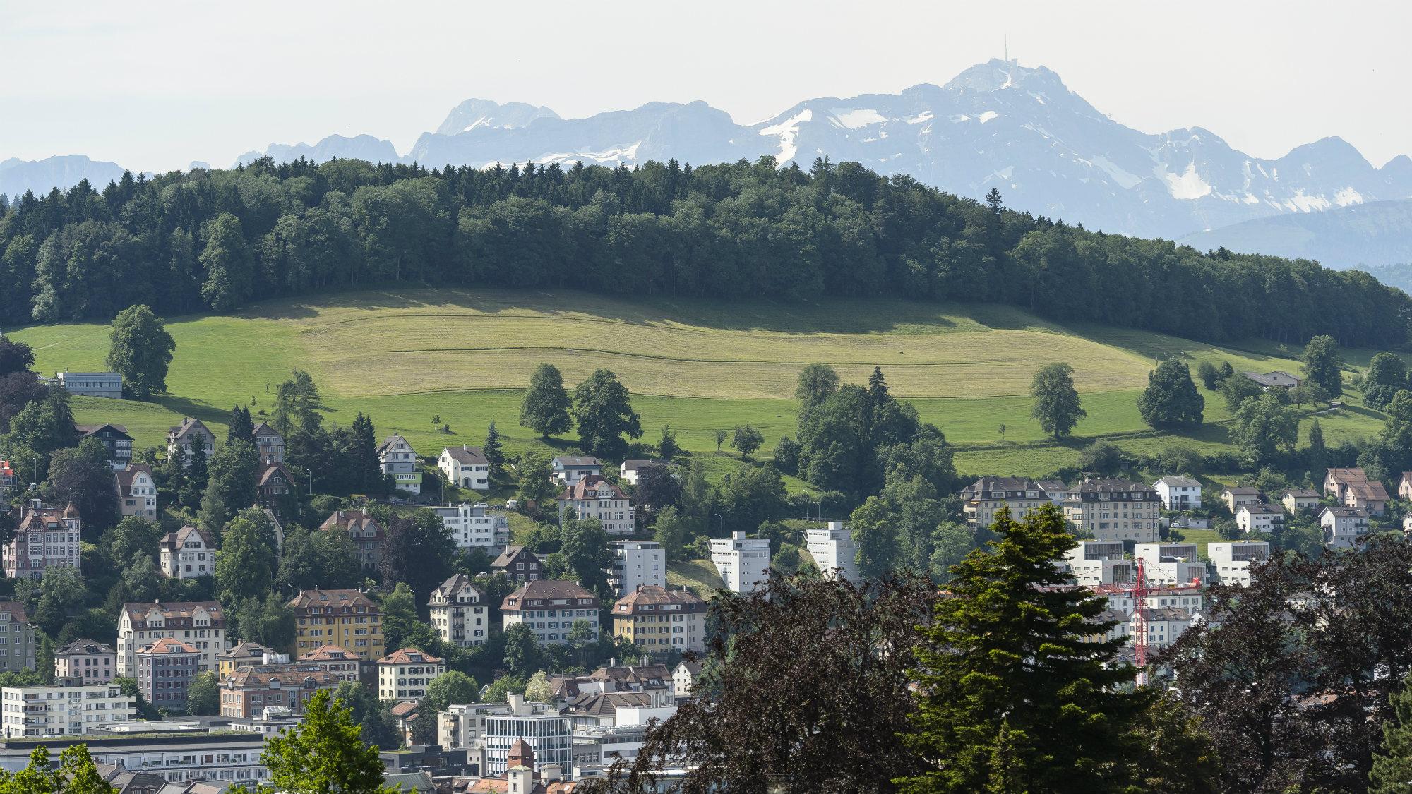 Luftaufnahme der Stadt St.Gallen mit dem Alpstein im Hintergrund